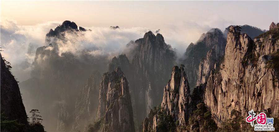 Горы Хуаншань после дождя на праздник Цинмин