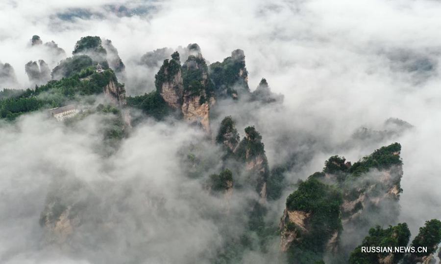 Море облаков над горами в Центральном Китае