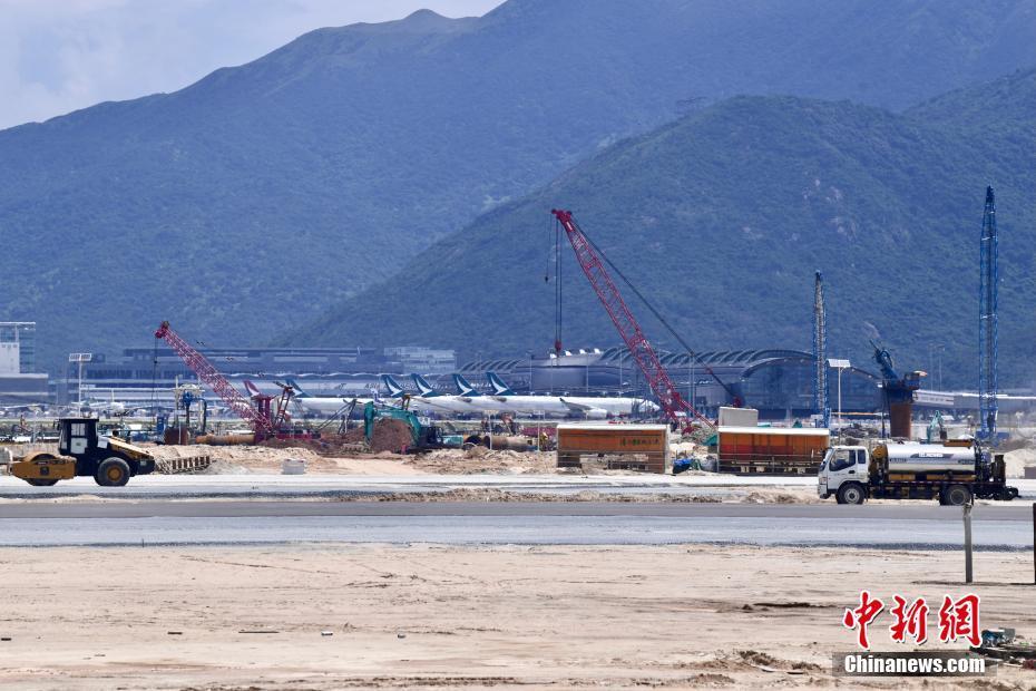 В международном аэропорту Сянгана завершили укладку взлетно-посадочной полосы. Ожидается, что она будет введена в эксплуатацию уже в следующем года