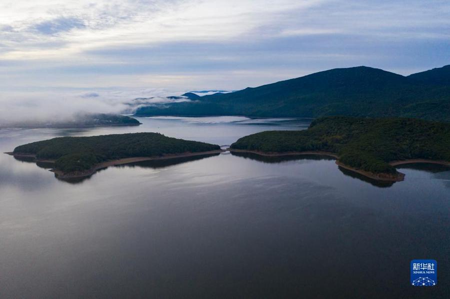 Очаровательные осенние пейзажи озера Цзинбоху в провинции Хэйлунцзян