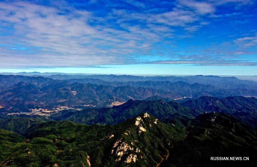 Прекрасный пейзаж гор Фунюшань после дождя