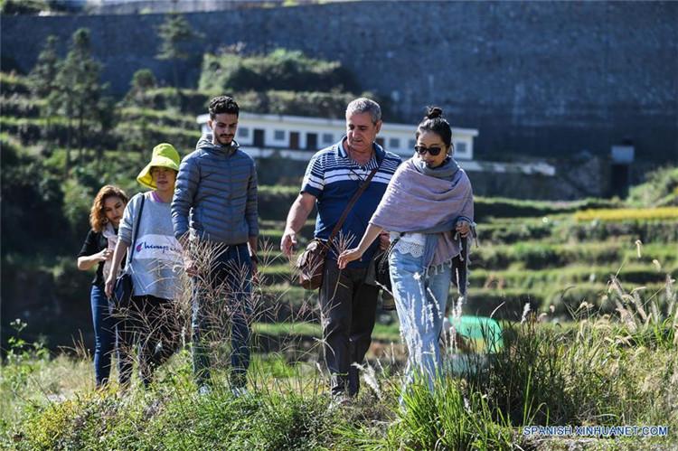 Visitantes Disfrutan Del Paisaje En Campo De Terrazas En