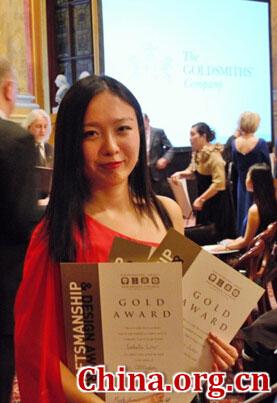 """中国女孩刘蔓(Isabella Liu)在3月2日落幕的英国""""金匠精工艺与设计大赛""""中一人独揽三金二银五项大奖。[中国网]"""