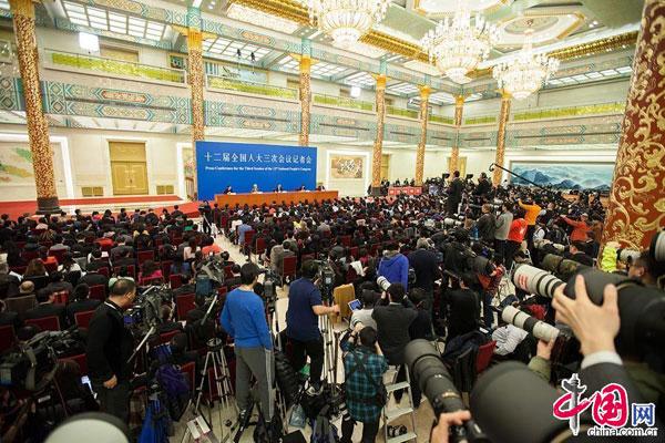 2015年3月15日,国务院总理李克强在人民大会堂三楼金色大厅会见采访十二届全国人大三次会议的中外记者并回答记者提出的问题。[中国网]