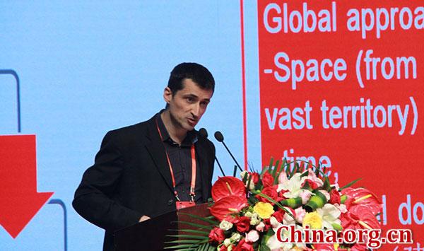 4月22日,法国电力公司亚太区首席财务官杜文在第三届世界新兴产业大会上作主题演讲。[中国网 段亚英 摄]