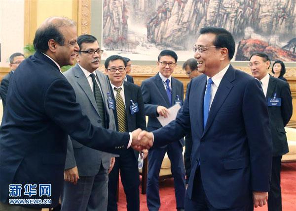 5月31日,国务院总理李克强在北京人民大会堂会见来华出席亚洲新闻联盟年会的各国媒体负责人并同他们座谈。[新华社]