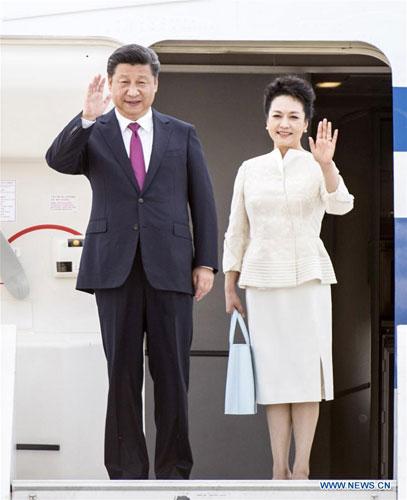 当地时间6月19日,国家主席习近平抵达华沙,开始对波兰共和国进行国事访问。这是习近平和夫人彭丽媛步出舱门。 [新华社]