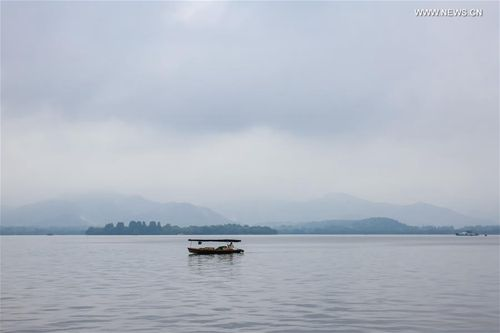 A boat moves on West Lake in Hangzhou, capital of east China's Zhejiang Province, May 2, 2017. Hangzhou is renowned for its historic relics and natural beauty. [Xinhua]