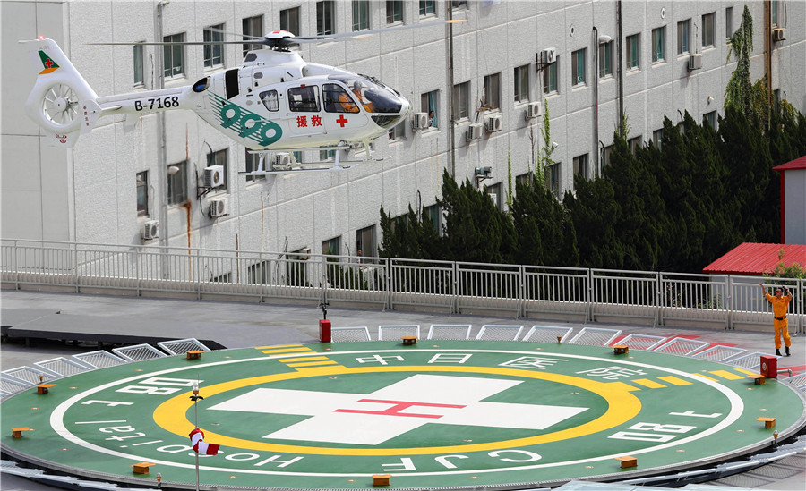 A helicopter is landing at China-Japan Friendship Hospital in Beijing, Aug 29, 2017. [Photo by Zhu Xingxin/China Daily]