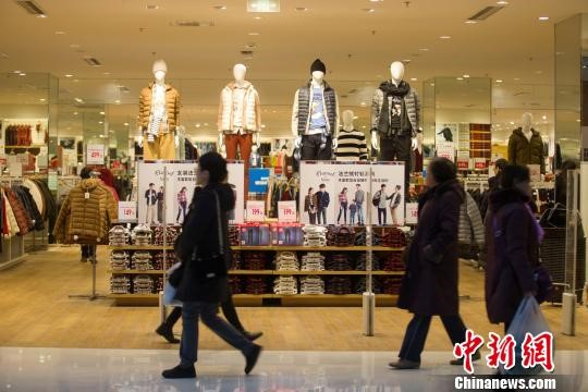 People are shopping at a mall in Taiyuan, Shanxi Province. [File photo]
