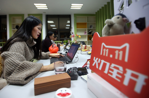 Customer service employees of an online store work to answer potential buyers' questions in Nantong, Jiangsu province. [Photo/China Daily]