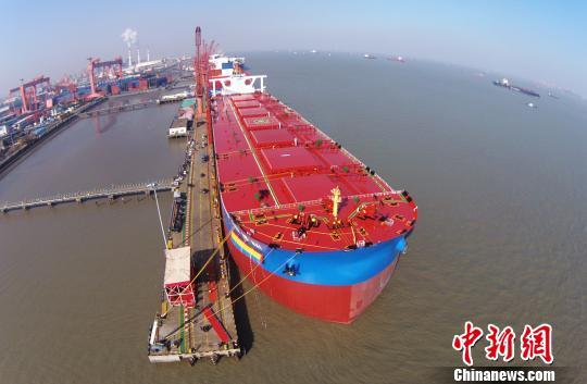 'Yuanhehai', the world's largest second-generation 400-thousand-ton VLOC, is delivered to China Ore Shipping on Thursday, January 11, 2018 in Shanghai. [Photo/Chinanews.com]