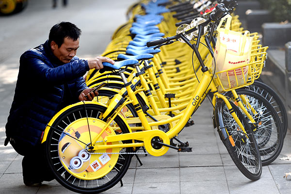 A customer uses an Ofo bike in Luoyang, Henan province.[Photo by Zhang Yixi/for China Daily]