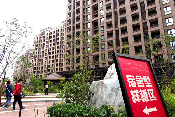 Prospective tenants visit the public rental housing at the Xinyue apartments in Shanghai, on May 15, 2013. [Photo/Xinhua]
