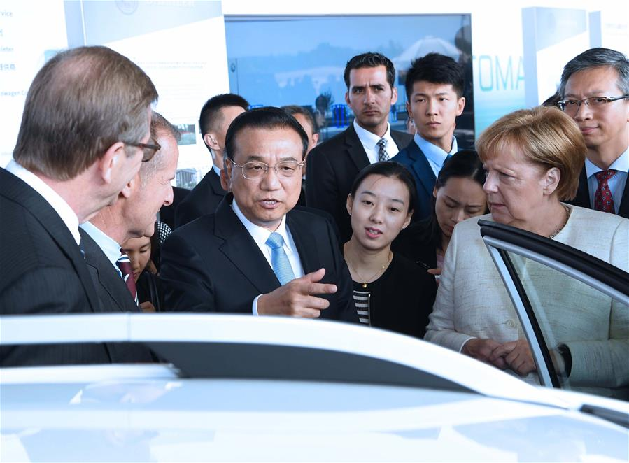 Chinese Premier Li Keqiang and German Chancellor Angela Merkel attend an autopilot cooperation exhibition between the two countries in Berlin, Germany, July 10, 2018. [Photo/Xinhua]
