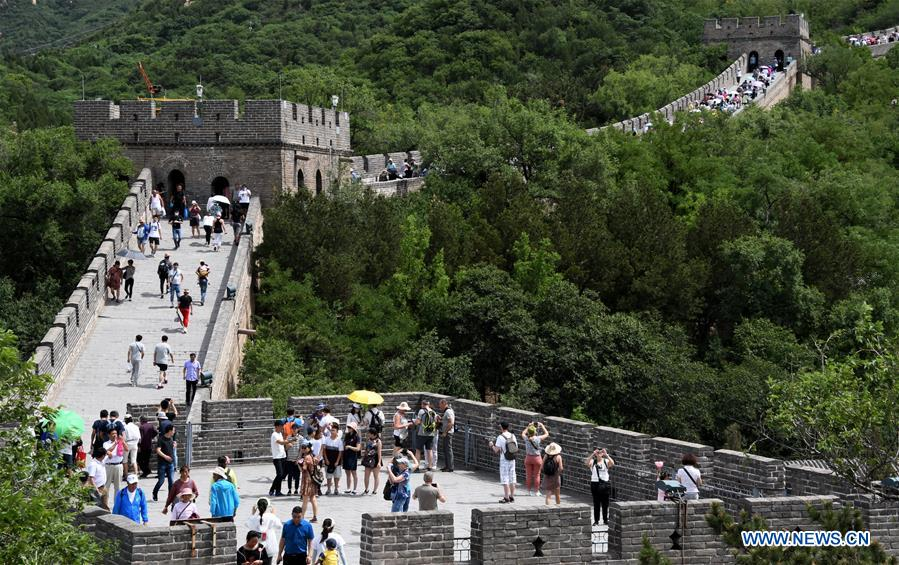 Tourists visit the Badaling Great Wall in Beijing, capital of China, June 10, 2018. [Photo/Xinhua]