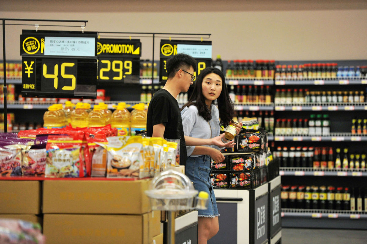 Shoppers at an imported goods store at the bonded port area of Qingdao, Shandong province. [Photo/China Daily]