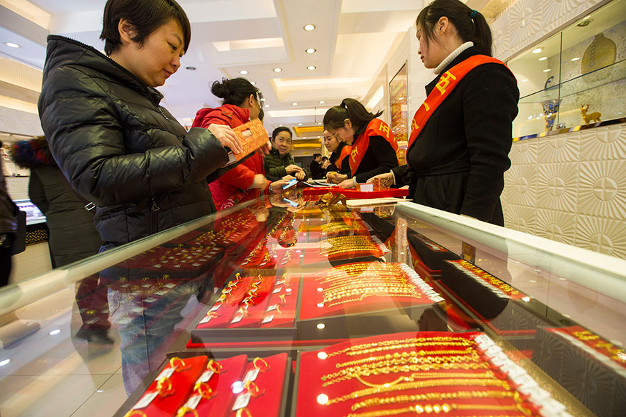 Consumers browse gold jewelry at a store in Taiyuan, Shanxi province. [Photo/ China News Service]