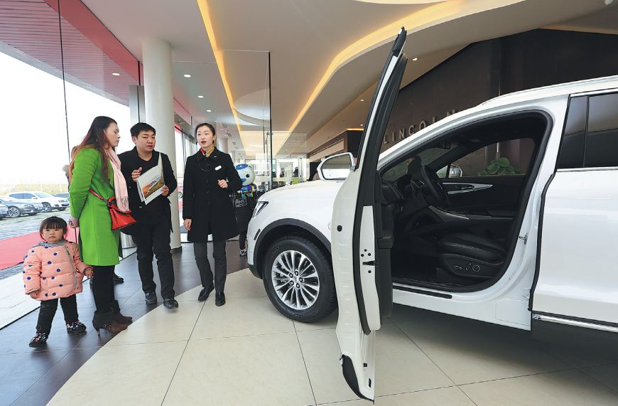 Customers look to buy a Lincoln-branded model at a store in Xiangyang, Hubei province. [Photo provided to China Daily]