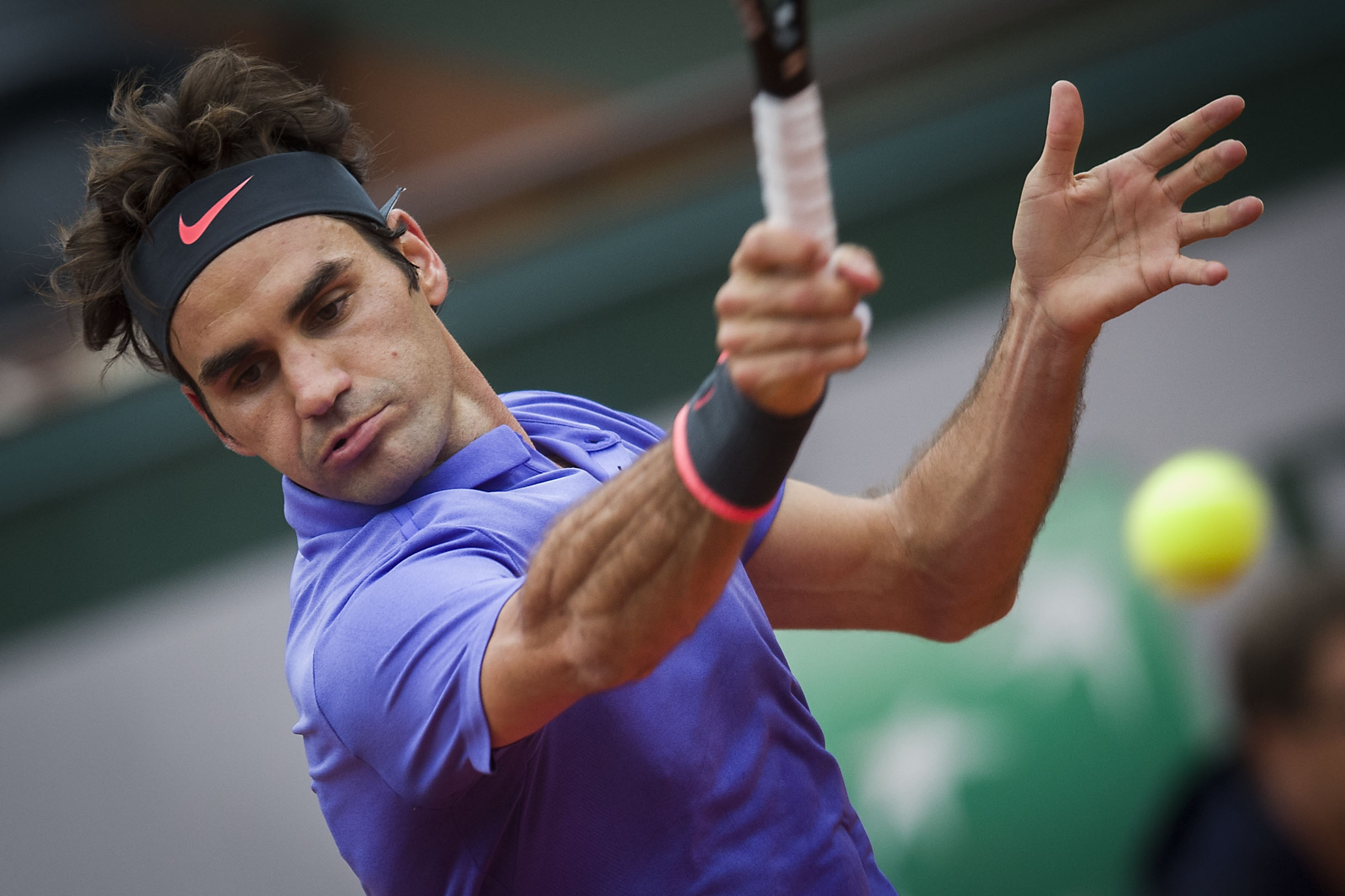 Roger Federer out of French Open after knee surgery