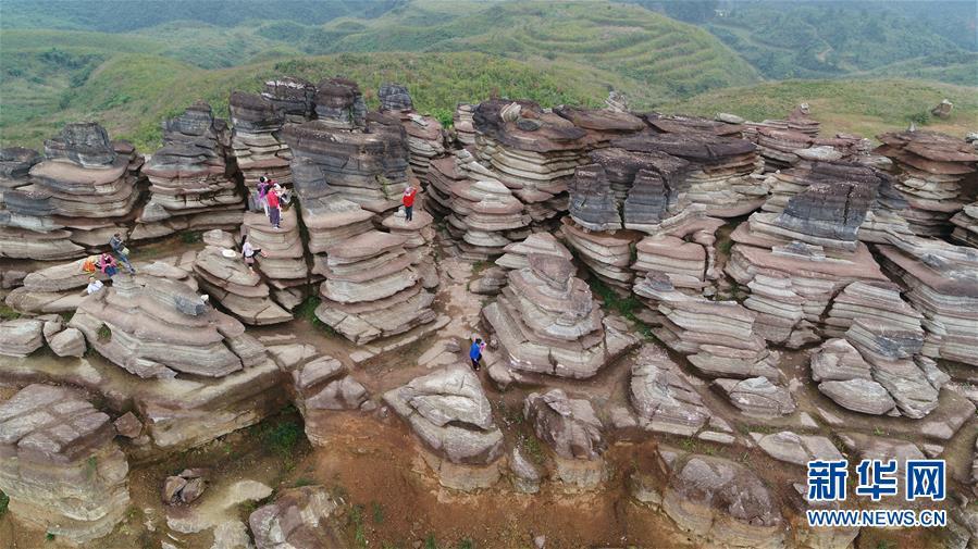 9월16일에 촬영한 구이저우(貴州)성 쑹타오(松桃) 묘족자치현 판스(盤石)진 붉은 바위 경치. 구이저우성 쑹타오 묘족자치현 판스진의 붉은 바위가 독특한 경치를 이뤄내며 많은 관광객을 이끌고 있다. <br/>