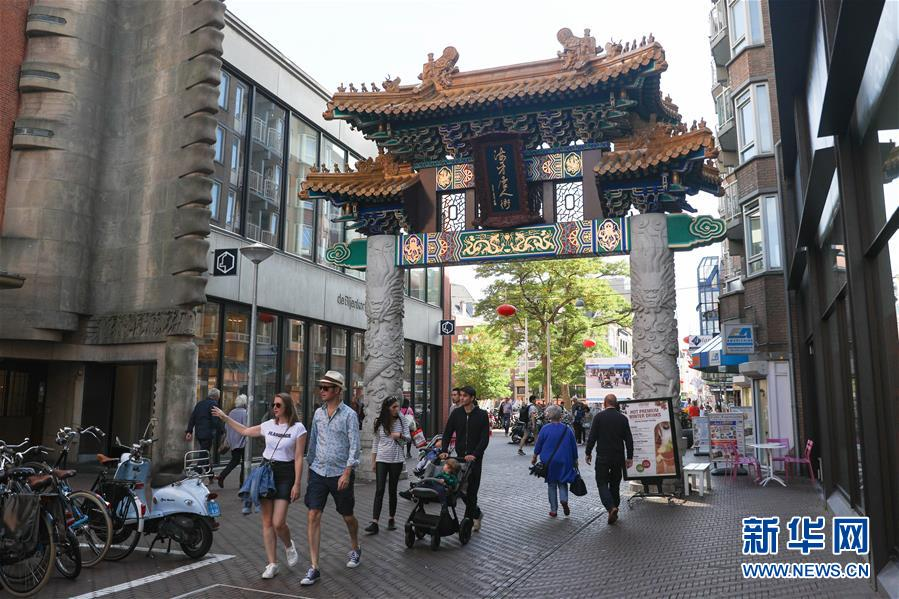 10월13일, 네덜란드 헤이그의 차이나타운에서 사람들이 패방(牌坊)를 지나가고 있다.<br/>  헤이그 차이나타운의 또 다른 이름은 헤이그 중국인 거리다. 네덜란드서 3번째로 큰 도시 헤이그의 도심에 위치해 있는 이곳에는 여러 중국 음식점, 중의(中醫) 병원 등이 들어서 있다. 또 이곳 거리는 초롱이 줄을 이어 중국의 정취를 잘 드러내고 있어 많은 관광객이 찾는 핫 플레이스로 유명하다.<br/>